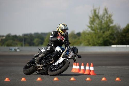 Ein Motorrad fährt einen Parcour.