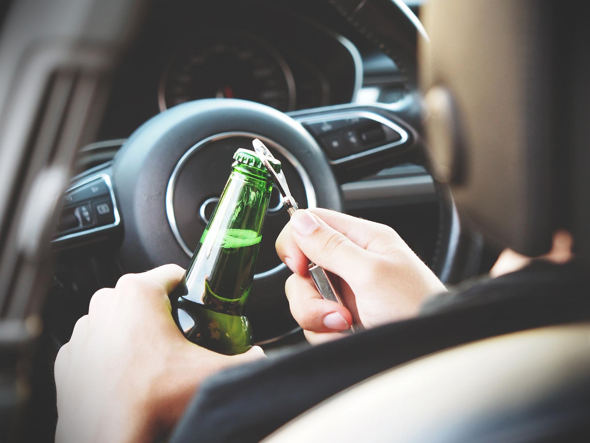 Alkohol trinken am Steuer.