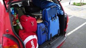 Detailaufnahme eines offenen, voll beladenen Kofferraums.