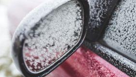 Aufnahme eines zu gefrosteten Außenspiegels eines Autos.