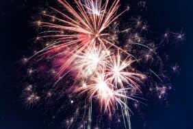 Autofahren an Silvester während Feuerwerk.